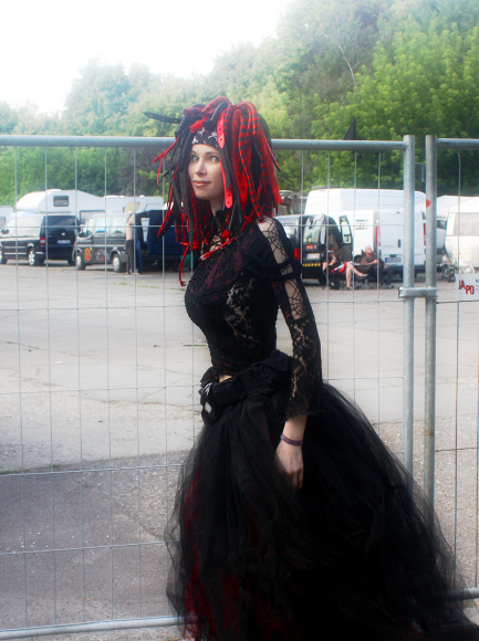 Picture: Azundris at Wave Gotik Treffen XX 2011 in Leipzig; red/black cyberlox, red/black top, red/black flame skirt